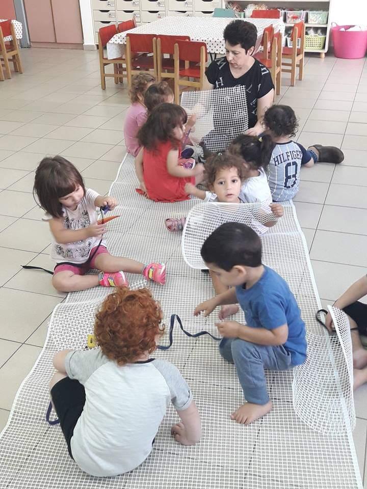 ילדים מתנסים בחומרים