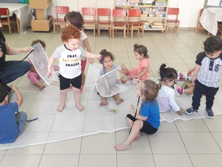 ילדים מתנסים בחומרים במעון פיצפוני רמלה
